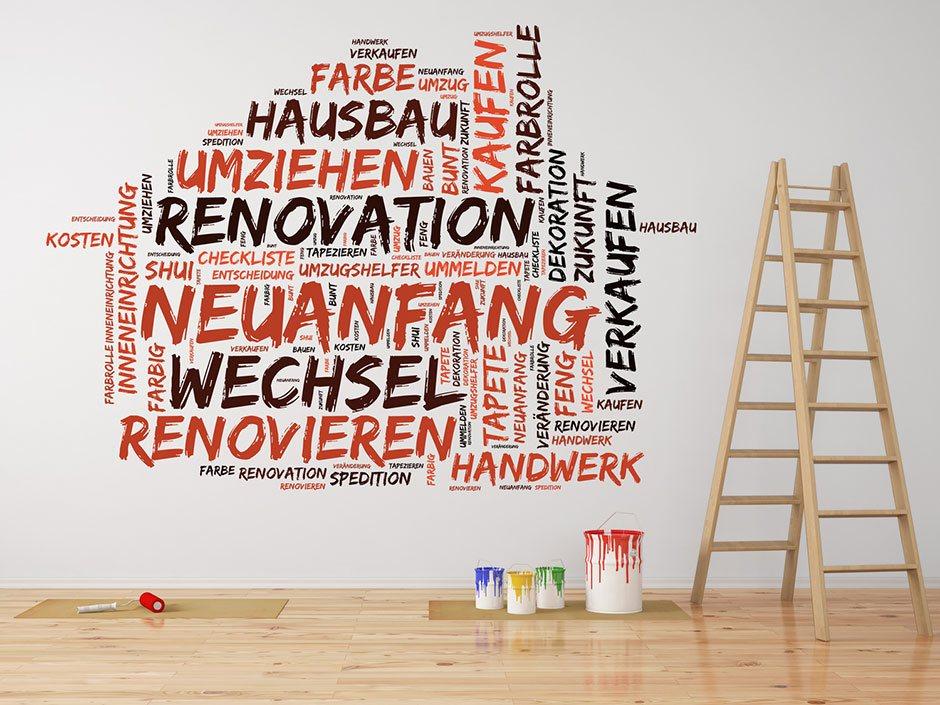 Farbeimer, Leiter und Schrift an der Wand