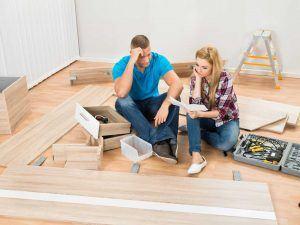 Pärchen beim Aufbau von Möbeln