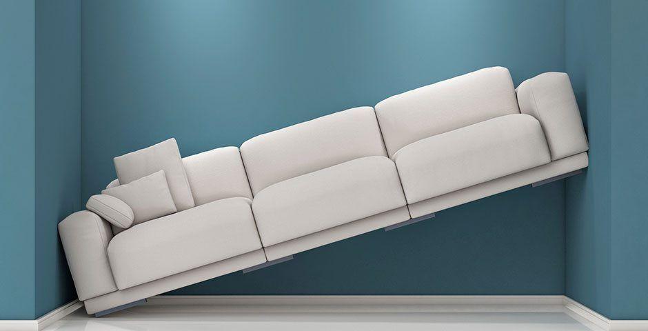 Sofa steht schräg zwischen zwei Wänden